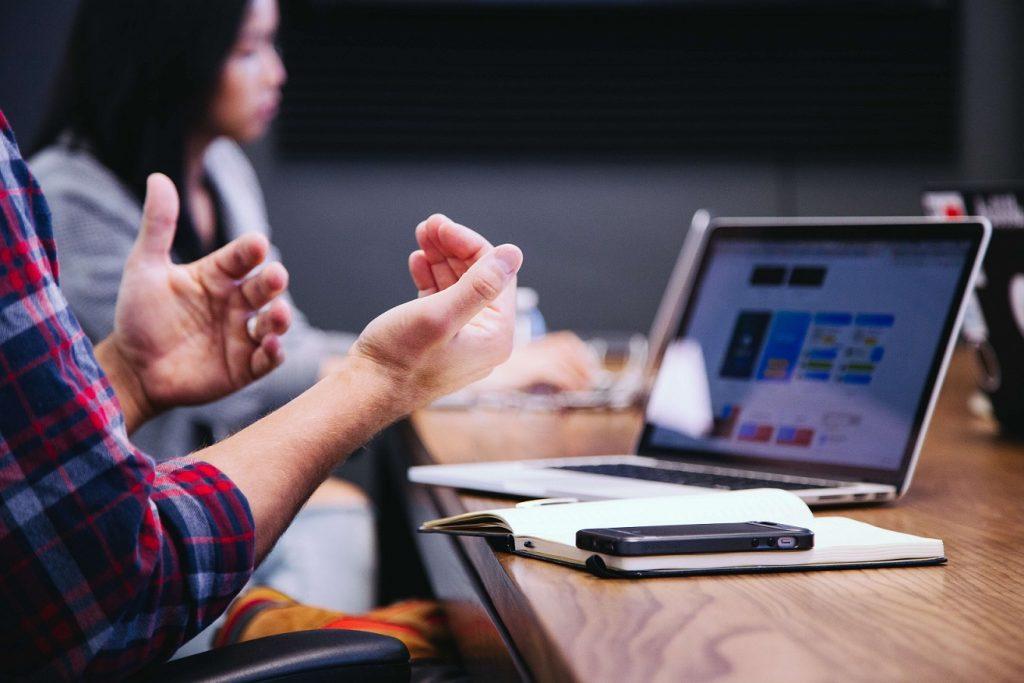 Le hot desking est est un concept innovant dans l'environnement de travail